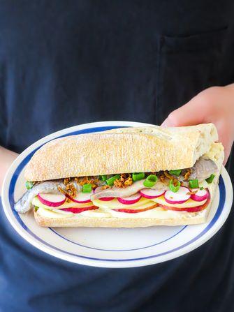 Op deze foto zie je broodje haring deluxe met gerookte mayo en aardappel