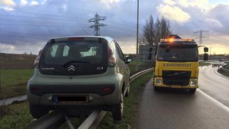 Knap ongeluk: auto belandt récht op vangrail A16