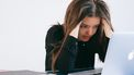 vrouw heeft stress op werk