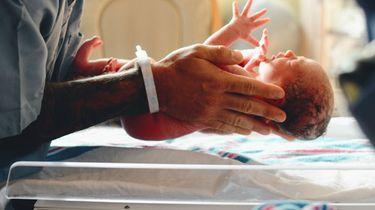 Britse verpleegster opgepakt na overlijden 8 baby's