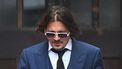 Een foto van Johnny Depp die de rechtbank verlaat.