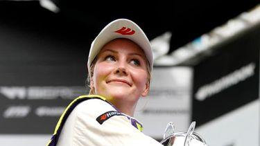 De finse Emma Kimiläinen onthult dat ze topless moest voor een contract