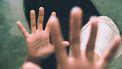 Een beeld ter illustratie van een meisje dat haar handen afweert tegen seksueel misbruik
