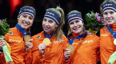 Een foto van Lara van Ruijven met een gouden medaille op het EK shorttrack