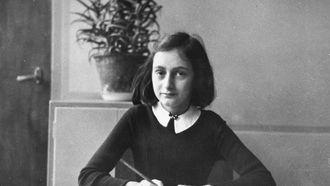 Een 12-jarige Anne Frank op school. Foto: AFP