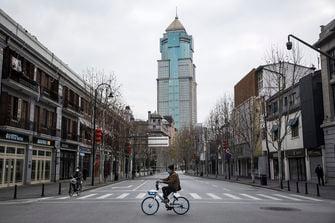 Een man op een fiets in Wuhan sinds de uitbraak in April
