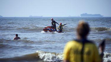 Op deze foto is de zee bij Den Haag te zien, waar leden van de reddingsbrigade drenkelingen proberen te helpen.