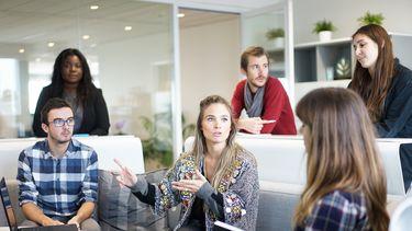 Voor personen die stotteren (PDS) kan de dagelijkse communicatie, zoals een vergadering op het werk, veel stress veroorzaken. Foto: Pixabay