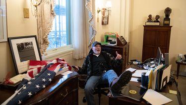 Trump-aanhanger in het kantoor van Nancy Pelosi.