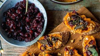 Toast met pompoen, cranberry's, walnoot en salie