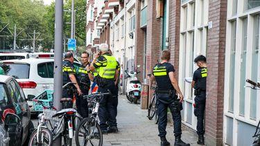 Op deze foto zijn politieagenten te zien, bij het huis waar een meisje van vijftien is overleden nadat ze is neergestoken.
