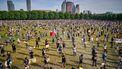 Foto van de demonstratie in Den Haag waarbij iedereen netjes op anderhalve meter afstand staat