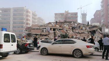 Op deze foto zie je het puin in Izmir na de zware aardbeving