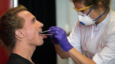 Coronatest wordt afgenomen bij een zorgmedewerker