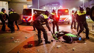 Een foto van rellen tijdens de avondklok in Rotterdam