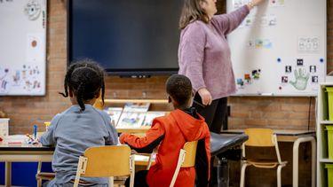 Leerlingen op een basisschool. Basisscholen en kinderopvangcentra gaan niet eerder open.