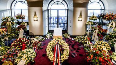 De gesloten kist van burgemeester Eberhard van der Laan is opgesteld in het Concertgebouw om mensen de gelegenheid te geven om afscheid te nemen. Foto: ANP | Koen van Weel