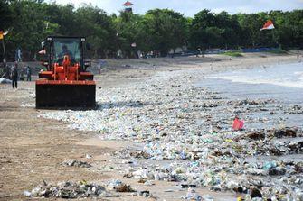 Toeristisch strand Bali overspoeld met plastic afval