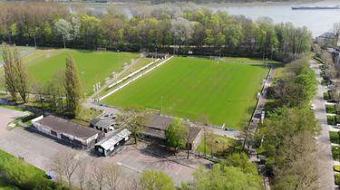 Overzichtsbeeld vanuit droneperspectief van een voetbalveld