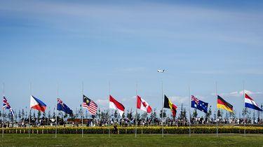 Vlaggen hangen halfstok op de dag van de onthulling van het Nationaal Monument MH17.