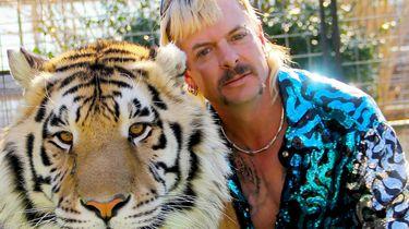 Een foto van Joe Exotic met een tijger.