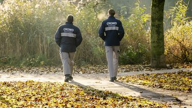 Beveiligers ingezet door de gemeente in het Gijs van Andelpark in Gorinchem. Beelden van vechtpartijen in de stad trokken landelijke aandacht.