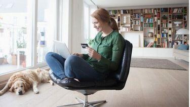 Een foto van een vrouw de thuis winkelt bij een webshop