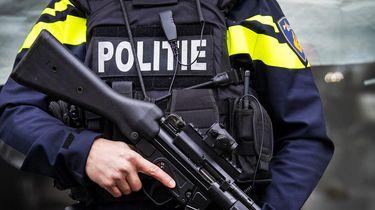 Op deze foto zie je zwaar bewapende agenten.