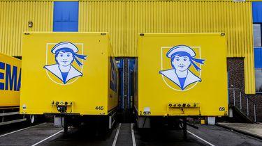 Op deze foto zie je twee gele Zeeman trailers.