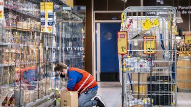 Een vakkenvuller in een supermarkt.