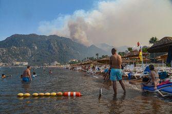 Turkije strijdt tegen bosbranden in vakantiegebieden, ook Nederlanders geëvacueerd