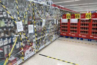 Britse supermarkt blokkeert gangpaden naar 'niet-essentiële' producten