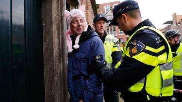 Voorman Edwin Wagensveld wordt meegenomen door de politie tijdens een protest tegen de komst van een asielzoekerscentrum in Ede.