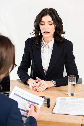 Een foto van een sollicitatie met twee dames