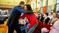 Hugo de Jonge, minister van Volksgezondheid, Welzijn en Sport en vicepremier begroet Alib-B, tijdens een meet-up van de landelijke en lokale coalities tegen eenzaamheid.