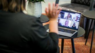 Een foto van een videomeeting tijdens thuiswerken