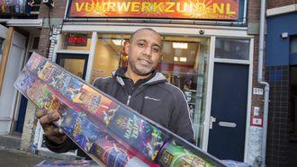 Vuurwerkhandelaar Mohammed vreest een grote strop nu er in de buurt geen vuurwerk mag worden afgestoken. / VINCENT VAN DORDRECHT