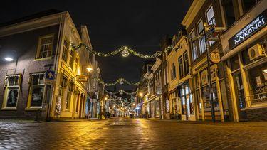 Een foto van het straatbeeld zoals het wordt bij de avondklok: leegte
