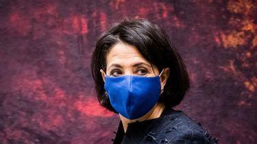 Op deze foto is Kamervoorzitter Khadija Arib te zien. Ze heeft een mondkapje op.