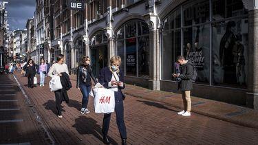 Een foto van winkelend publiek in het centrum van Amsterdam.