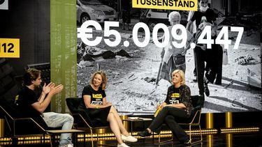 Op deze foto zijn Thomas van der Vlugt, Garance de Reus en Irene Moors te zien tijdens de aftrap van de Nationale Actiedag voor de slachtoffers van de explosie in Beiroet. Achter hen is het bedrag van 5.009.477 euro.