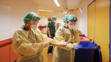 Aantal doden door corona neemt iets toe, ziekenhuisopnames dalen