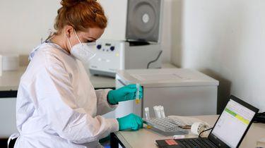 Een zorgmedewerker test iemand op het coronavirus   Foto: ANP