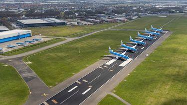 Een foto van vliegtuigen aan de grond toen veel vakanties niet doorgingen