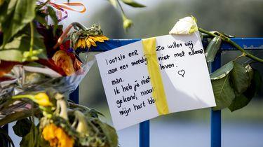 Op deze foto zijn bloemen en een kaart te zien bij het recreatiegebied waar Bas van Wijk werd doodgeschoten.