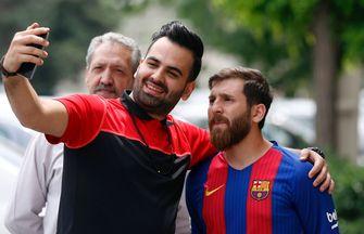 Wie wil er nu geen selfie met 'Messi'? In Teheran was hij maandag ook enorm populair. / AFP