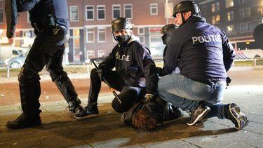 Een foto van de rellen in Rotterdam die Aboutaleb verdoordeelt