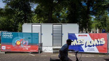 een foto van een tijdelijk toilet, eerder bij de Tour de France in Utrecht