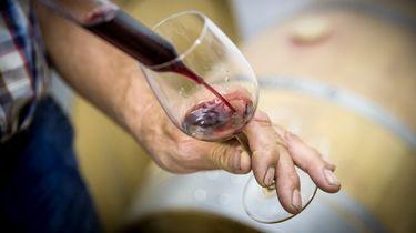 Oeps! Serveerster schenkt per ongeluk peperdure wijn