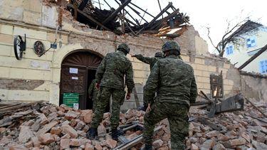 Reddingswerkers bij het getroffen gebied.